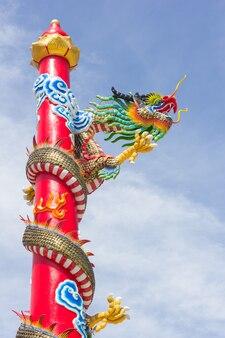 Statue de dragon de style chinois contre le ciel bleu