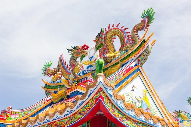 Statue de dragon de style chinois sur fond de ciel bleu