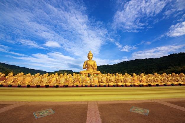 Statue du bouddha avec les disciples dans le temple, thaïlande.