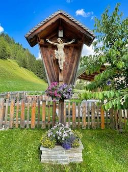 Statue du christ dans une petite chapelle en bois