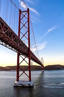 Statue du christ roi et pont du 25 avril, lisbonne, portugal