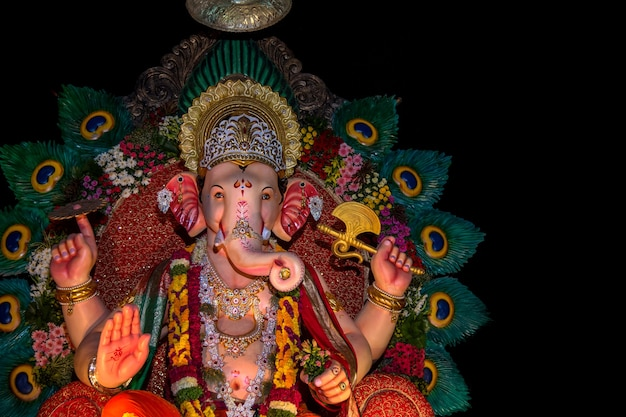 Statue du dieu hindou ganesha. gros plan de ganesha idol lors d'un atelier d'artiste pendant le festival de ganesha.