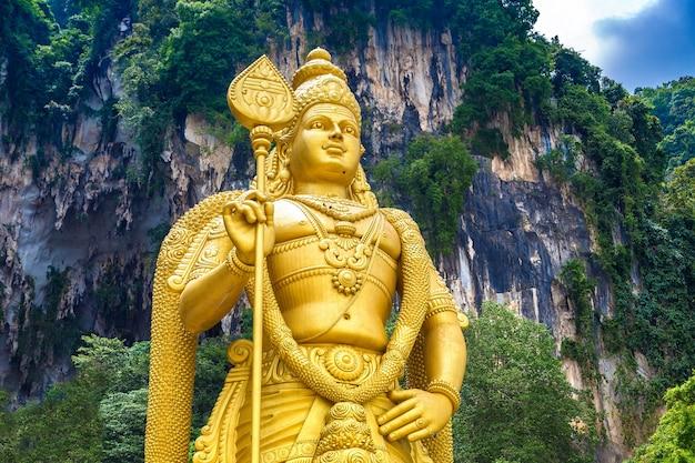 Statue du dieu hindou murugan à la grotte de batu à kuala lumpur, malaisie