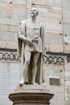 Statue du poète italien alessandro tassoni à modène, italie faite par alessandro cavazza à 1860