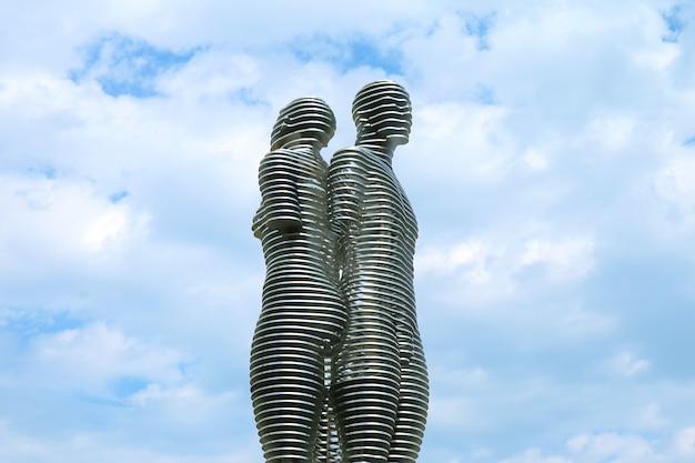 La statue emblématique des amoureux du mouvement d'ali et nino après s'être croisés, batoumi, géorgie
