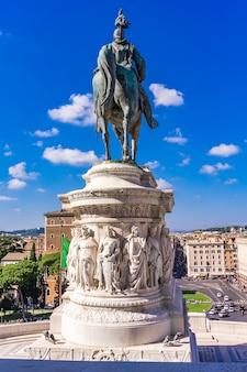 Statue équestre de vittorio emanuele ii sur vittoriano (autel de la patrie) à rome, italie