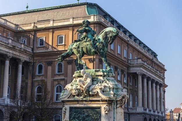 Statue d'eugène de savoie en face du palais royal de budapest, hongrie