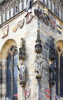 Statue à l'extérieur de l'ancien hôtel de ville de prague (république tchèque). a été construit en 1338-1364.