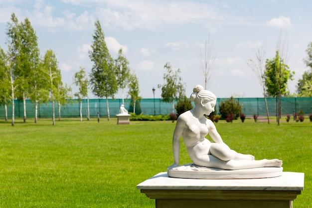 Statue féminine en marbre
