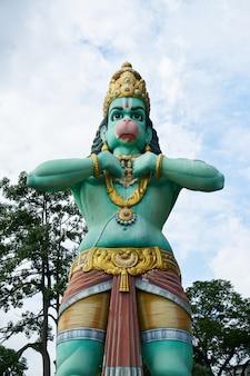 Statue d'une femme en bleu