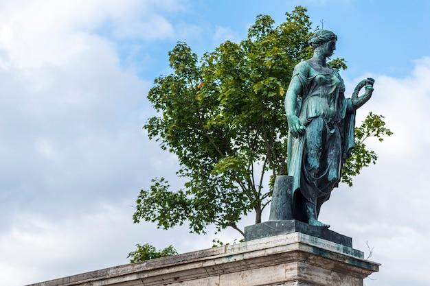Statue de flora farnèse dans le parc tsarskoïe selo à saint-pétersbourg, russie