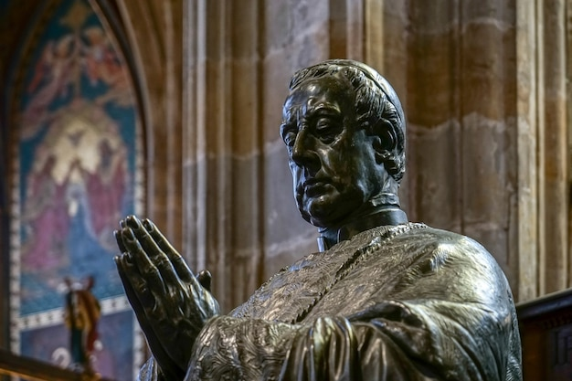 Statue de friedrich johannes jacob celestin von schwarzenberg dans la cathédrale saint-guy de prague