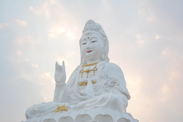 Une statue de guanyinguanyin est le bodhisattva bouddhiste associé à la compassion