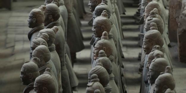 Statue de guerriers en terre cuite au musée de l'armée des terracotta warriors, xi'an, chine.