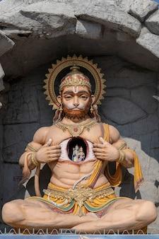Statue de hanuman, idole hindoue près du gange, rishikesh, inde. lieux sacrés pour les pèlerins. statue qui représente lord hanuman déchirer sa poitrine et révéler lord rama et sita à l'intérieur, en cœur
