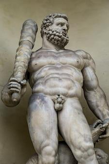 Statue d'hercule avec un chien à trois têtes à l'entrée du palais ducal de modène, italie. sculpure a été réalisée par prospero sogari à 1565.