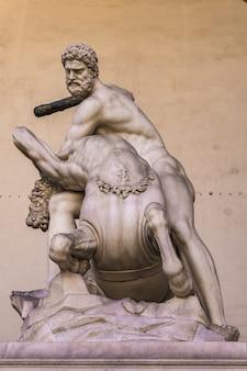 Statue hercule et nessus réalisée en 1599 dans la loggia dei lanzi à florence, italie