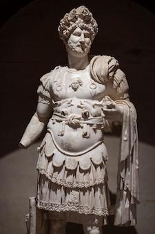 Une statue historique de la période romaine