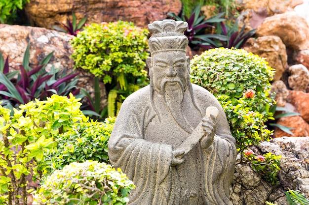Statue de l'homme sage dans le jardin