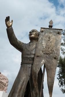 Statue d'un homme tenant une bannière, sanctuaire d'atotonilco, san miguel de allende, guanajuato, mexique