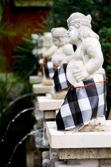 La statue indonésienne en jupes sarong