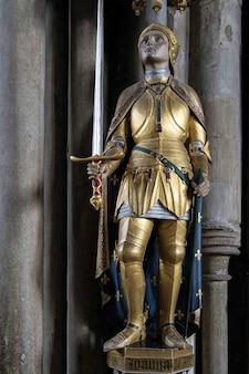 Statue de jeanne d'arc dans la cathédrale de winchester
