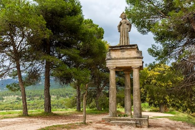 Statue de jésus christ sur le terrain dans la ville d'alcoy, alicante.