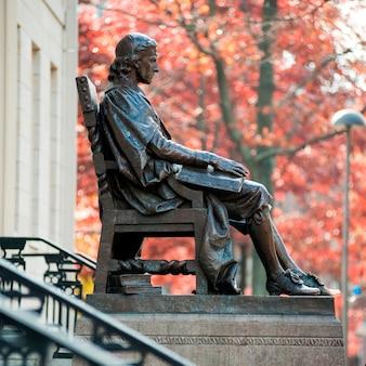 Statue de john harvard à l'université harvard de boston, massachusetts, états-unis
