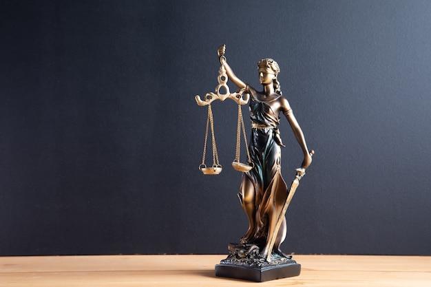 La statue de la justice - dame justice sur table