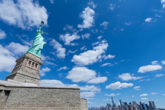 La statue de la liberté et de manhattan, new york city, etats-unis