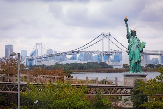 Statue de la liberté et rainbow bridge à tokyo