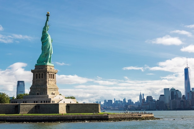 Statue de la liberté et les toits de la ville de new york, usa.