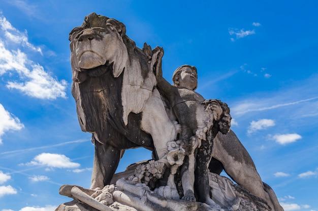 Statue lion à l'enfant au pont alexandre iii à paris