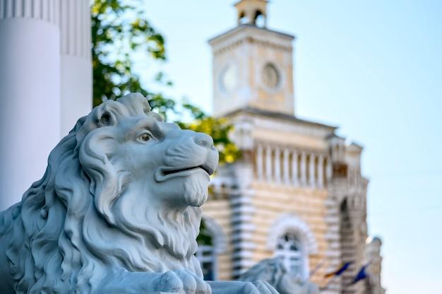 Statue de lion près du bâtiment de la municipalité à chisinau