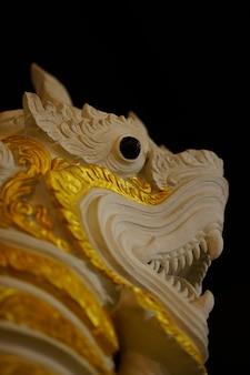 Statue de lion thaïlandais fabriqué à la main à l'ancienne pour la décoration sur fond noir
