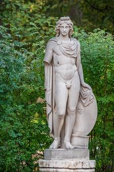 Statue en marbre d'apollon à pavlovsk, russie