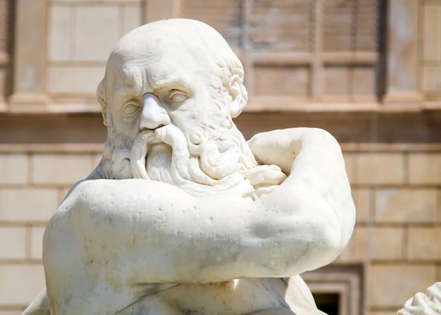 Statue en marbre sur la piazza pretoria, palerme, sicile