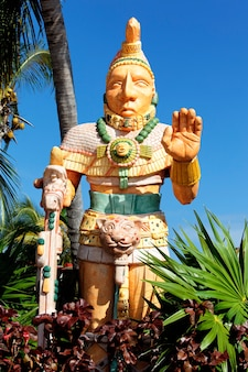Statue mexicaine de l'homme noble dans un parc