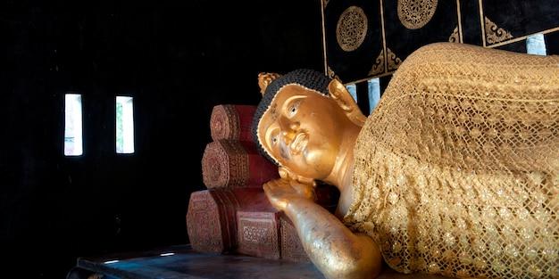 Statue d'or de bouddha couché au wat chedi luang, chiang mai, thaïlande