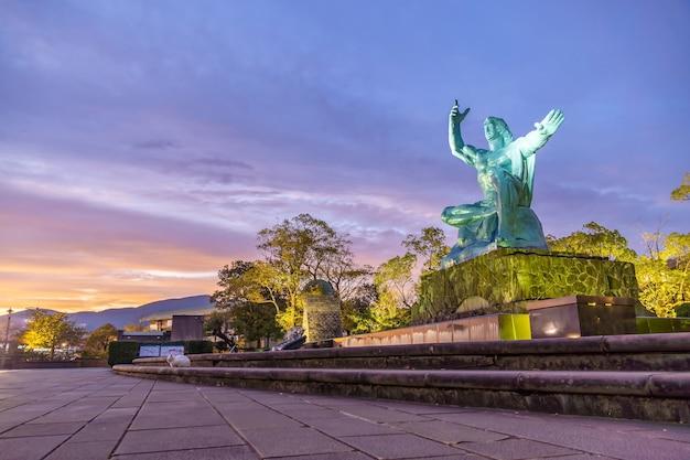 Statue de la paix dans le parc de la paix de nagasaki, nagasaki, kyushu japon