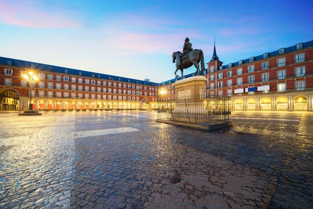 Statue de philippe iii sur la plaza mayor. bâtiment historique dans le quartier de la plaza mayor à madrid, espagne