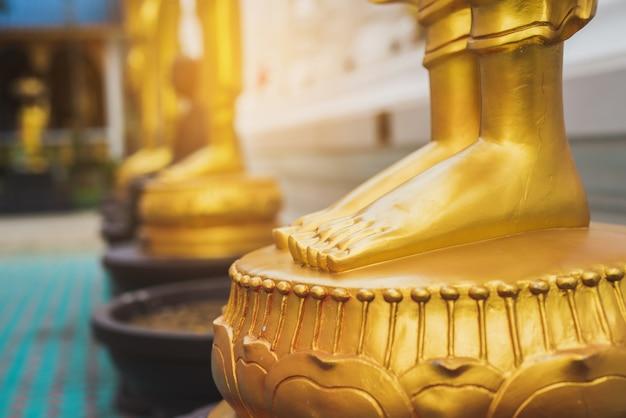 Statue de pieds de bouddha doré