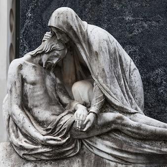 Statue de plus de 100 ans. cimetière situé dans le nord de l'italie.