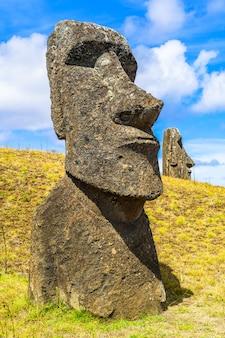 Statue polynésienne en pierre au parc national de rapa nui