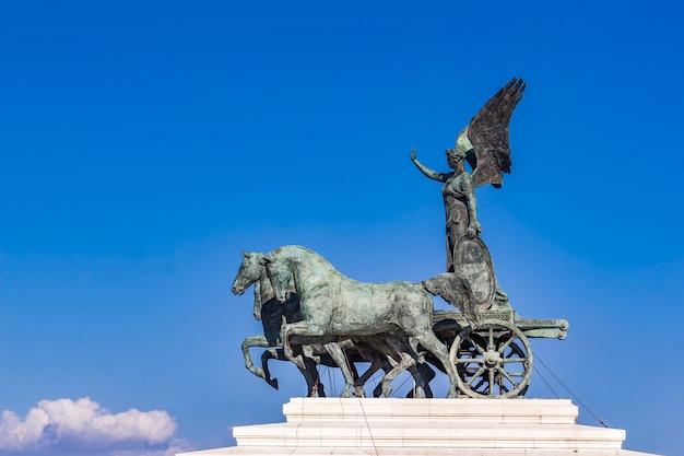 Statue quadriga dell'unita sur vittoriano à rome, italie