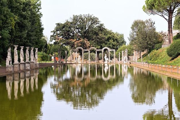 Statue avec reflet à la villa hadrienne, adriana est un grand complexe archéologique romain à tivoli, italie