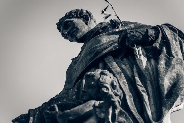 Statue de saint nicolas de tolentino sur le pont charles. prague, république tchèque