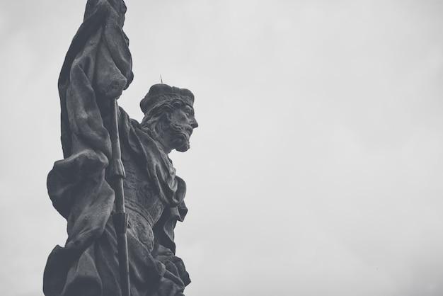 Statue de saint venceslas à la colonne de la peste mariale sur la place principale de cesky krumlov, république tchèque