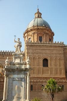 Statue de santa rosalia à côté de la cathédrale, palerme