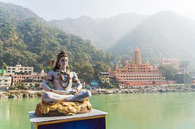 Statue shiva, idole hindoue sur le gange, rishikesh , inde